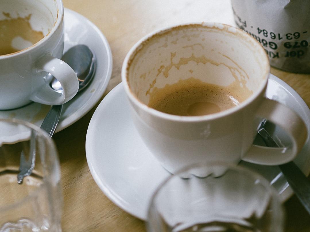Zwei leere Kaffeetasse, die zum Creative Writing anregen